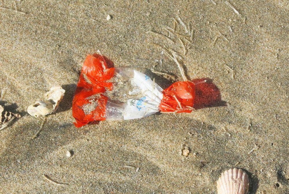 Los plásticos pequeños, como los envoltorios de caramelos, no se reciclan por su tamaño